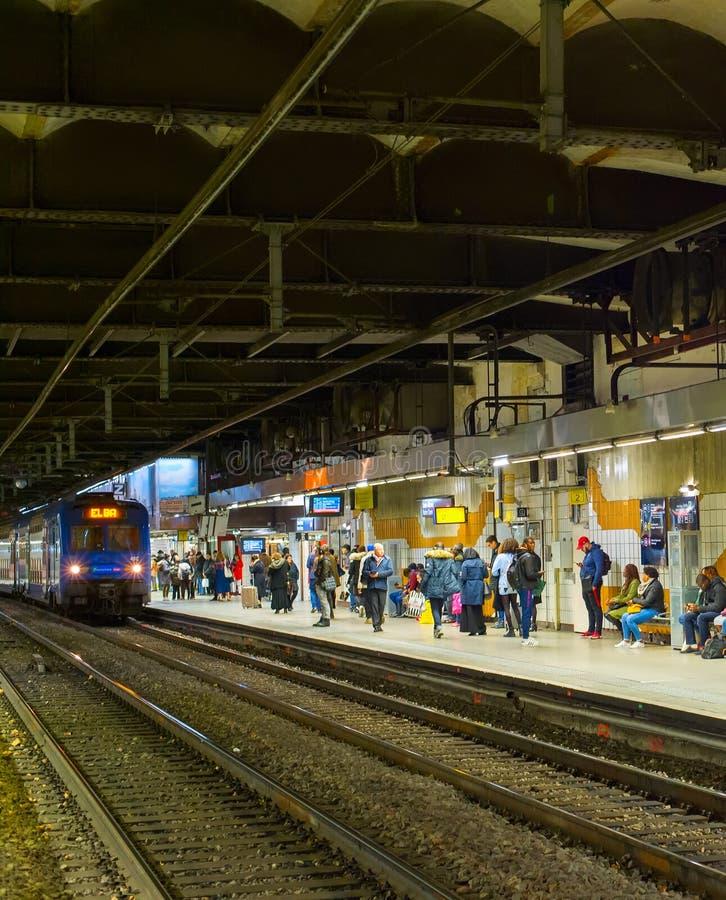 Ondergrondse metro van mensenparijs post stock fotografie