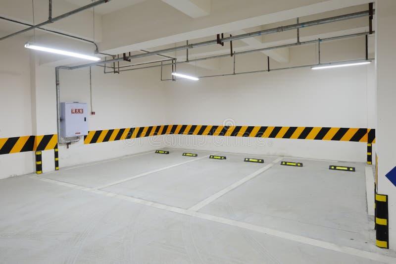 Ondergrondse parkerengarage stock foto