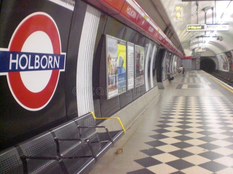 Ondergrondse post in de stad van Londen in Engeland in Europa met een passagier treinen en vervoer van mensen stock fotografie