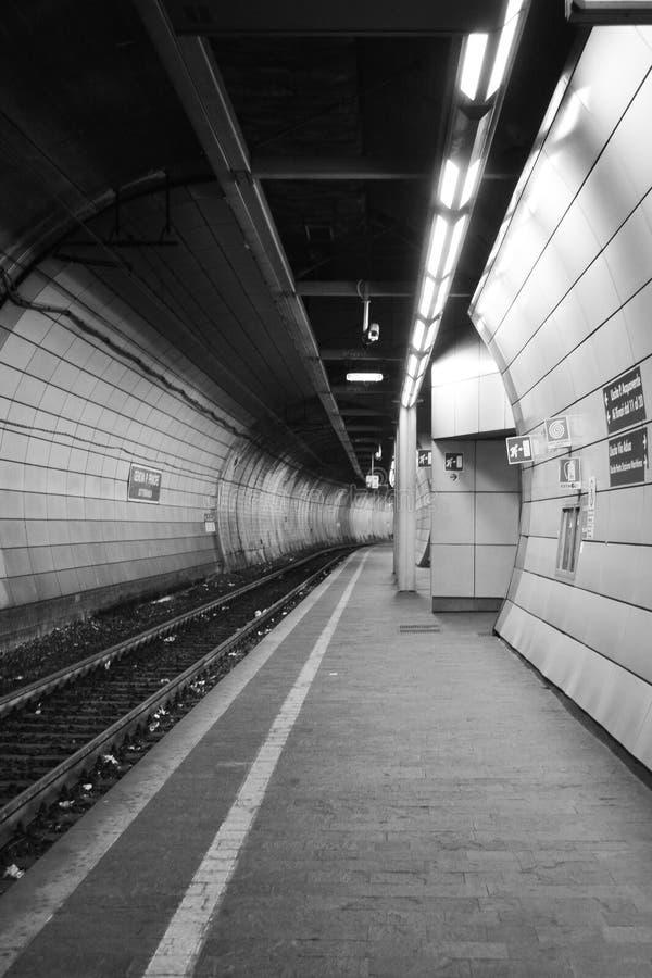 Ondergrondse treintunnel in Genoa Italy, foto in zwart & wit stock fotografie