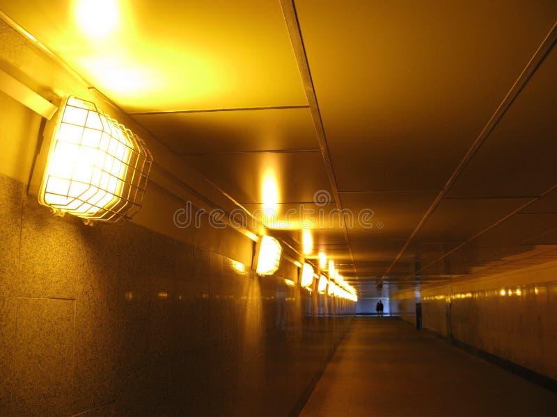 Ondergrondse tunnel met helder elektrisch licht royalty-vrije stock afbeelding