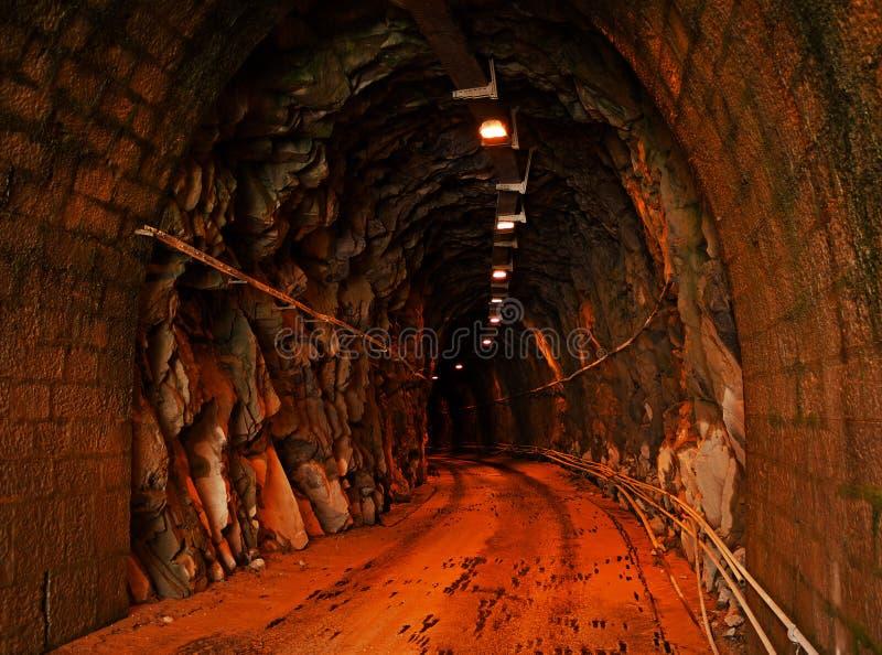 Ondergrondse tunnel met verlichting - marmeren steengroeve stock afbeeldingen
