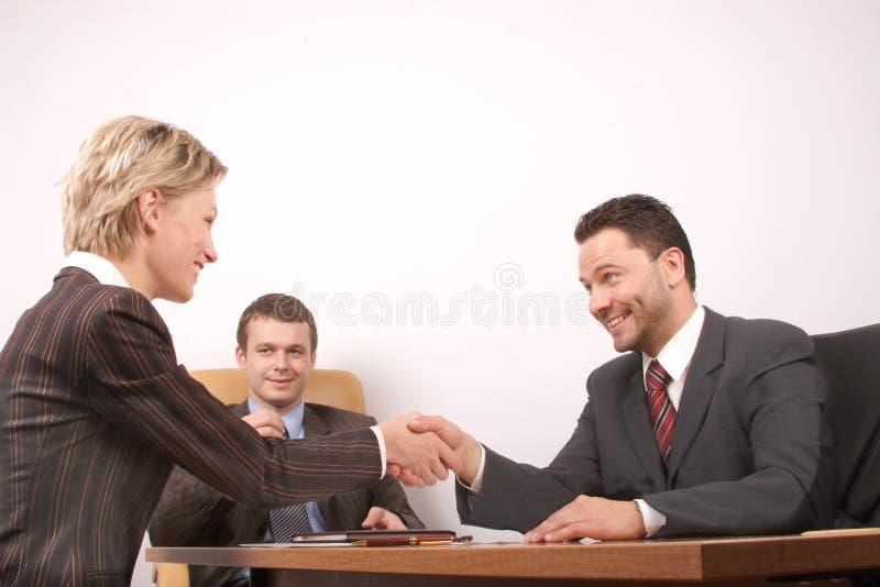 Onderhandeling over, man en vrouwenhanddruk - vreugde royalty-vrije stock foto