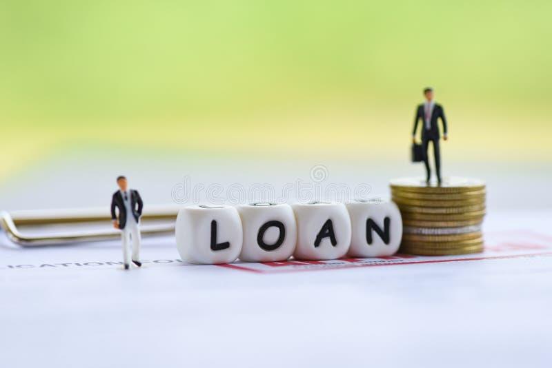 Onderhandeling van de zakenman de financiële lening voor geldschieter en lener op de leningsgoedkeuring van de bedrijfsdocumenthy royalty-vrije stock foto's