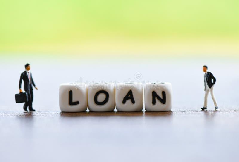 Onderhandeling van de zakenman de financi?le lening voor geldschieter en leners/Vergaderings financi?le adviseur voor het landgoe royalty-vrije stock afbeelding