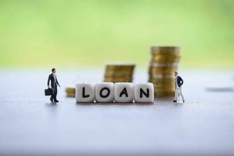 Onderhandeling van de zakenman de financi?le lening voor geldschieter en lener op de leningsgoedkeuring van de bedrijfsdocumenthy stock foto's