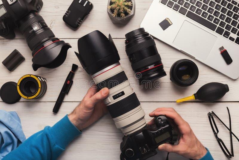 Onderhoud van fotocamera na het schoonmaken royalty-vrije stock foto