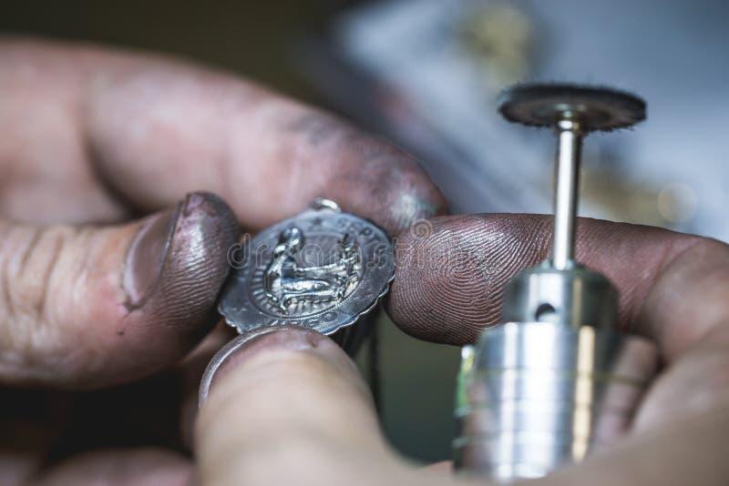 Onderhoud van zilveren tegenhanger in juwelenworkshop royalty-vrije stock afbeelding