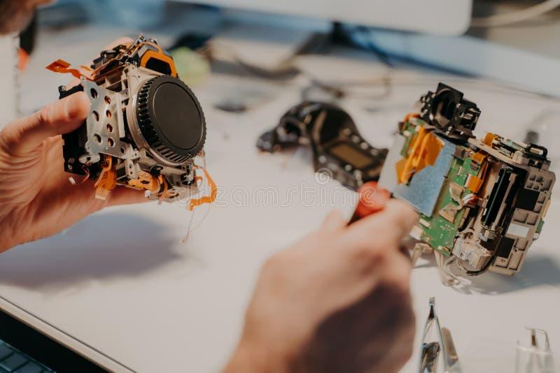 Onderhoudssteun en het herstellen van de dienst De onherkenbare reparatiemens gebruikt speciale hulpmiddelen, herstelt gedemontee stock afbeeldingen