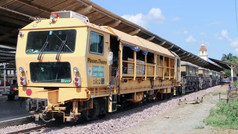 Onderhoudstrein van de spoorweg van de Staat van Thailand stock foto