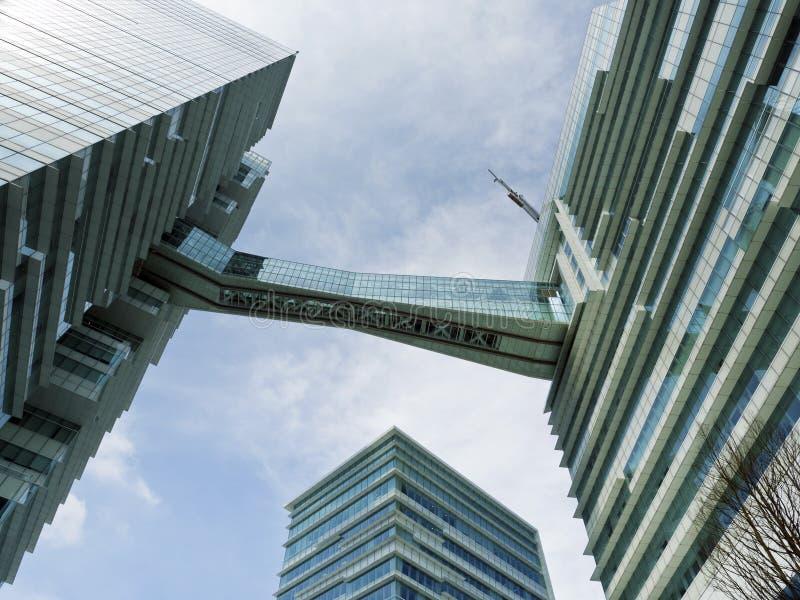 Onderkantmening van hoge stijging de bouwwolkenkrabbers, zaken concep royalty-vrije stock fotografie