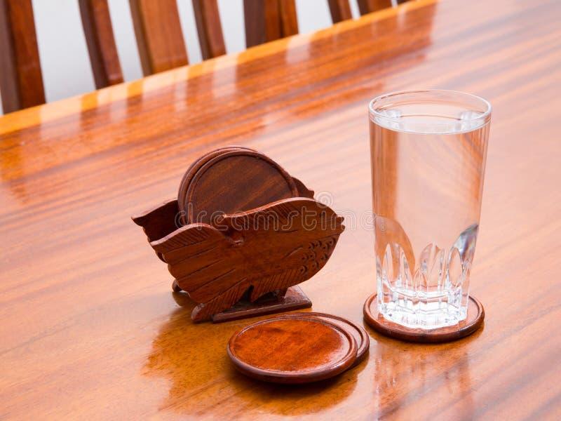 Onderleggers voor glazen en glas water stock fotografie