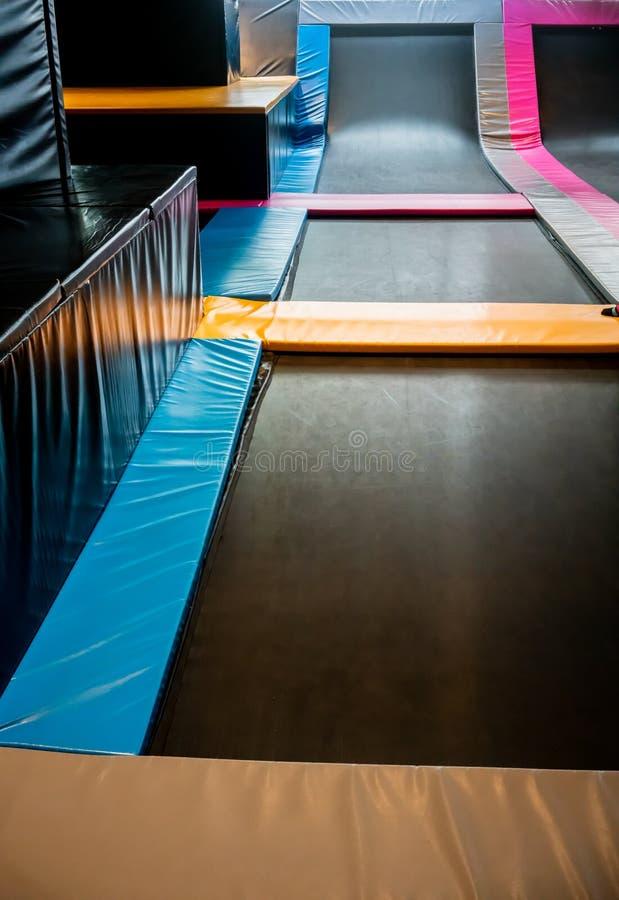 Onderling verbonden trampolines voor het binnen springen Nieuwe revolutie pl stock fotografie