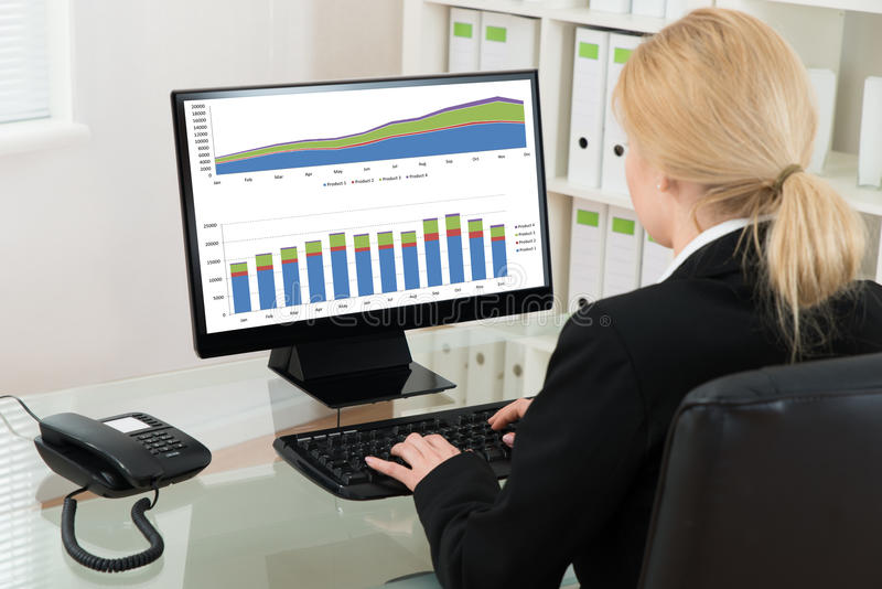 Onderneemster Analyzing Statistical Data op Computer royalty-vrije stock afbeelding