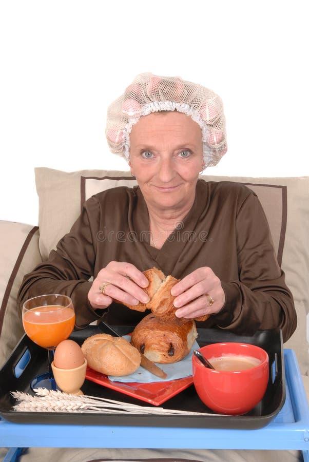 Onderneemster in bed, ontbijt royalty-vrije stock fotografie