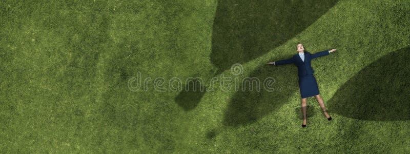Onderneemster bij gras het dromen stock afbeeldingen