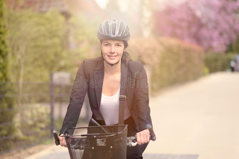 Onderneemster Biking bij de Straat met Helm royalty-vrije stock afbeelding