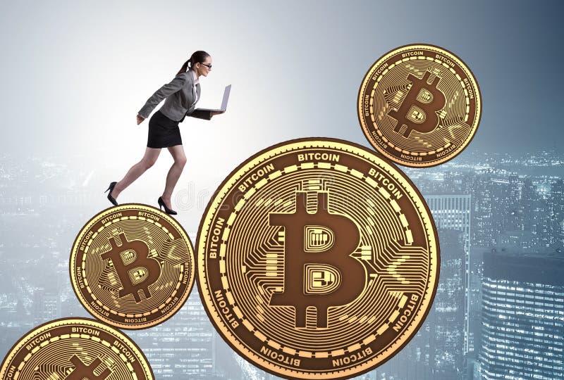 Onderneemster in bitcoinprijsverhoging concept stock foto's