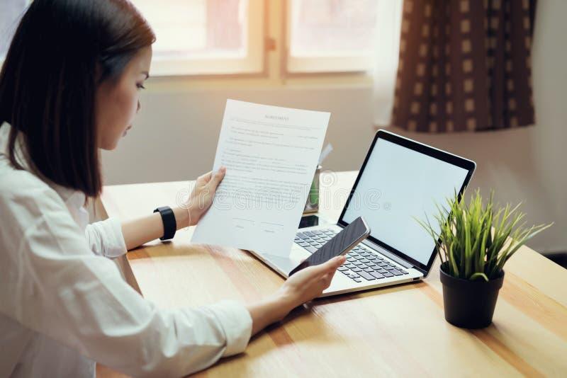 Onderneemster in bureau en gebruikscomputer om financiële boekhouding uit te voeren royalty-vrije stock fotografie