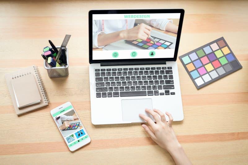 Onderneemster in bureau in toevallig overhemd De gebruikscomputer voor grafische ontwerper en verkiest een kleurensteekproef om d stock fotografie