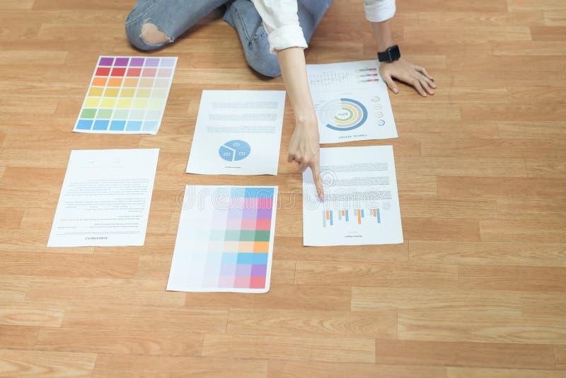 Onderneemster in bureau in toevallig overhemd De kleurenmalplaatje van het controledocument stock afbeelding