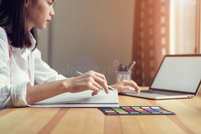 Onderneemster in bureau in toevallig overhemd Gebruikscomputer voor grafische ontwerper royalty-vrije stock foto