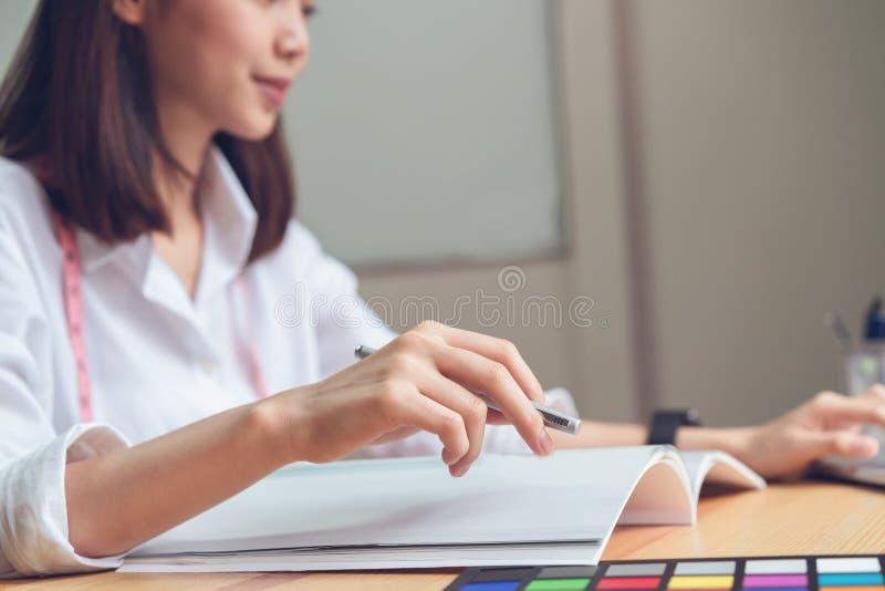Onderneemster in bureau in toevallig overhemd Gebruikscomputer voor grafische ontwerper royalty-vrije stock afbeeldingen