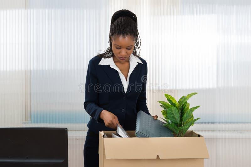 Onderneemster Carrying Box With Haar Bezittingen royalty-vrije stock foto