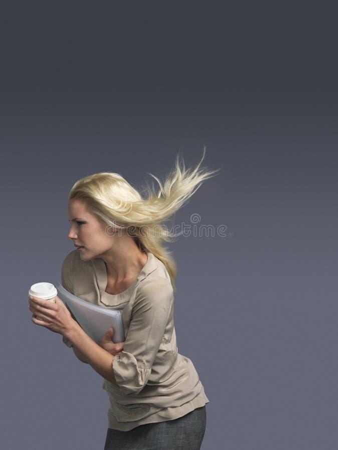 Onderneemster With Coffee Cup en Blond Haar die in Wind blazen royalty-vrije stock foto's