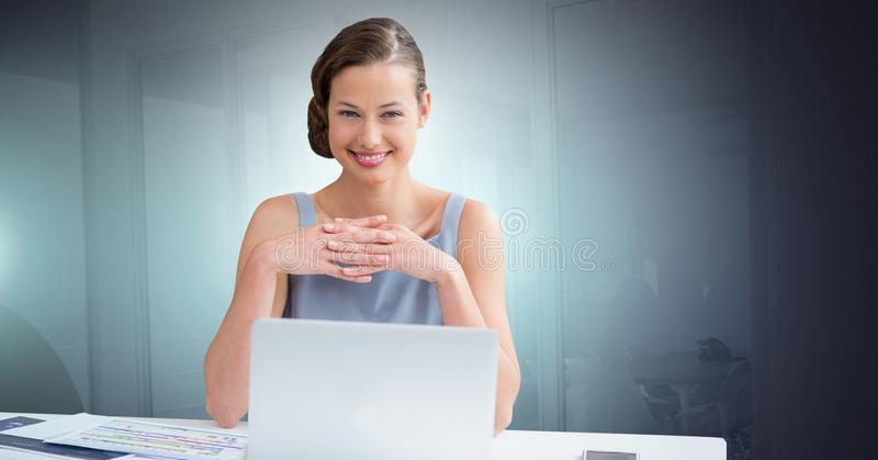 Onderneemster die aan laptop werkt stock foto's