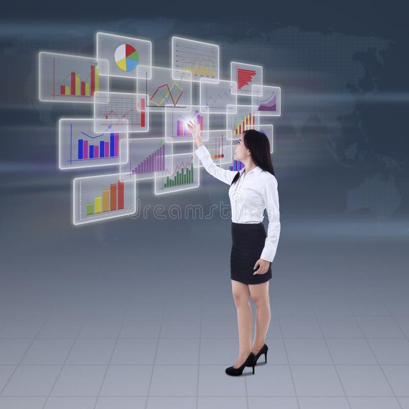Download Onderneemster Die Bedrijfsgrafiek Voorstellen Stock Foto - Afbeelding bestaande uit inkomens, interface: 39115148