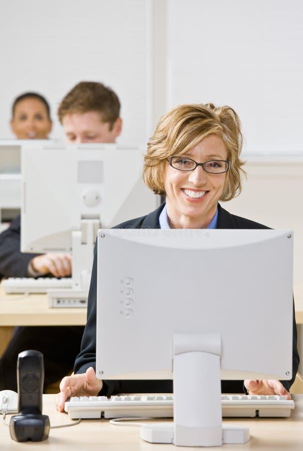 Onderneemster die bij bureau werkt royalty-vrije stock foto's