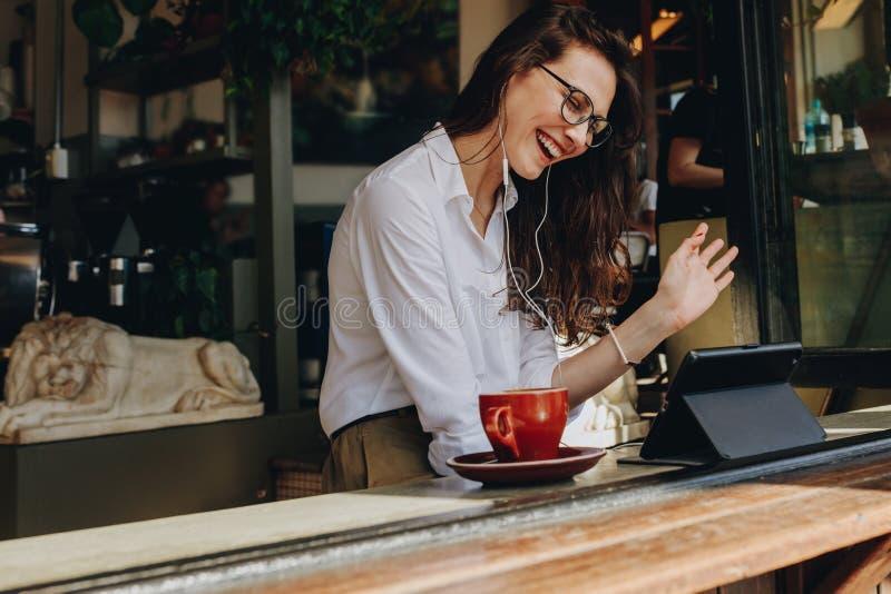 Onderneemster die bij koffie een videogesprek maken royalty-vrije stock afbeelding