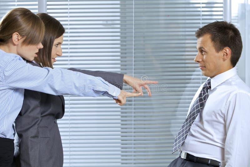 Onderneemster die bij zakenman in bureau schreeuwen stock afbeelding