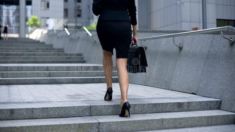 Onderneemster die boven aan bureaucentrum komen, die gaan werken, bezige levensstijl royalty-vrije stock afbeeldingen