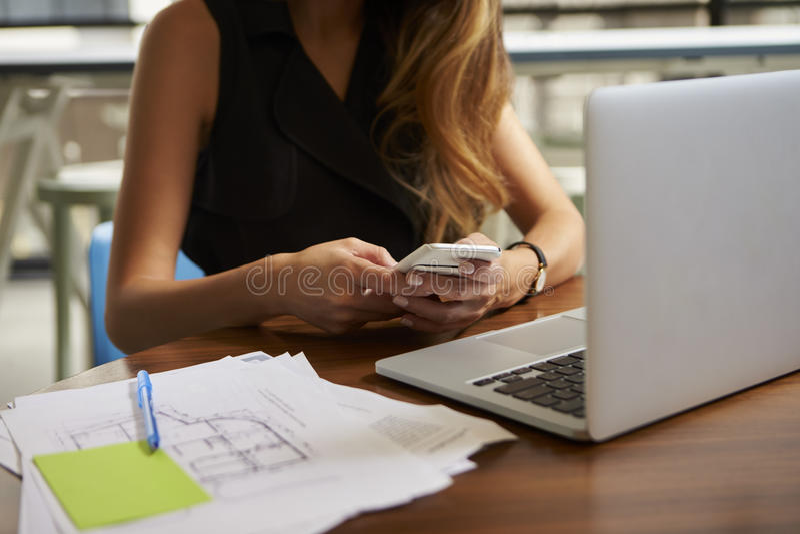 Onderneemster die in bureau werken die telefoon, medio sectie met behulp van stock afbeeldingen