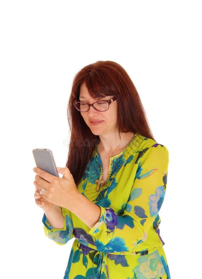 Onderneemster die celtelefoon bekijken stock fotografie