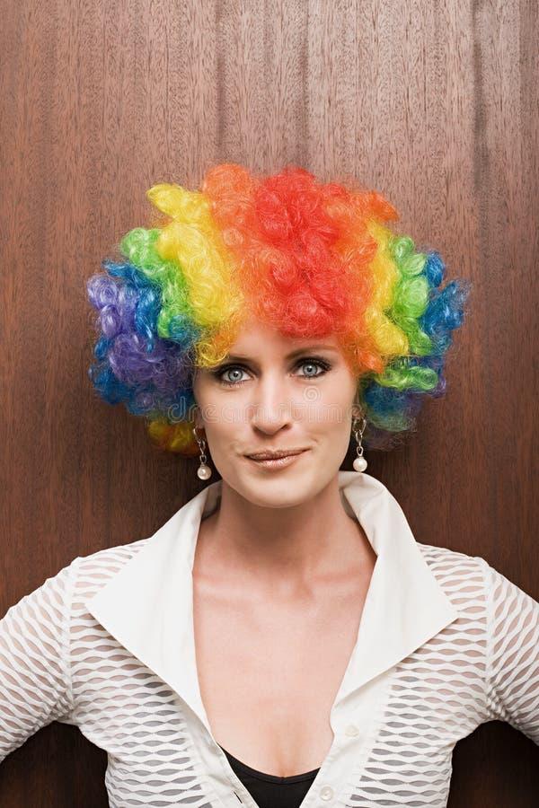 Onderneemster die clownpruik dragen stock afbeeldingen