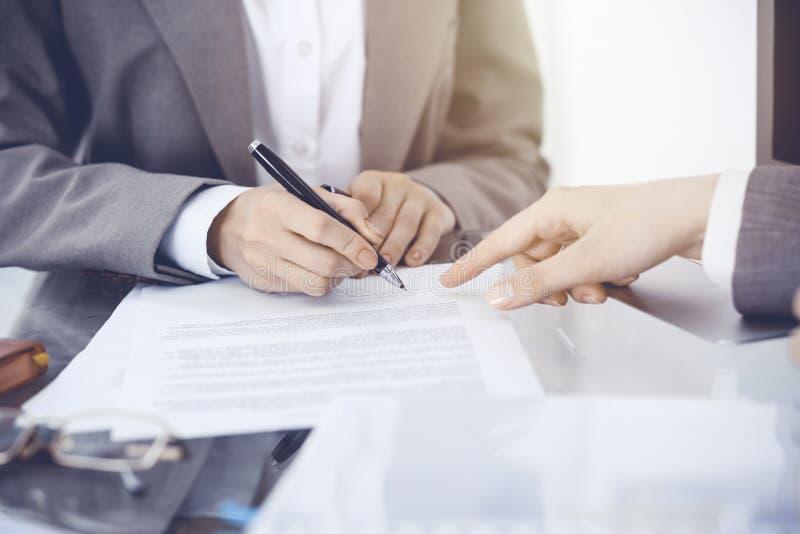 Onderneemster die contractdocumenten ondertekenen Groep bedrijfsmensen bij vergadering of onderhandeling, close-up royalty-vrije stock foto