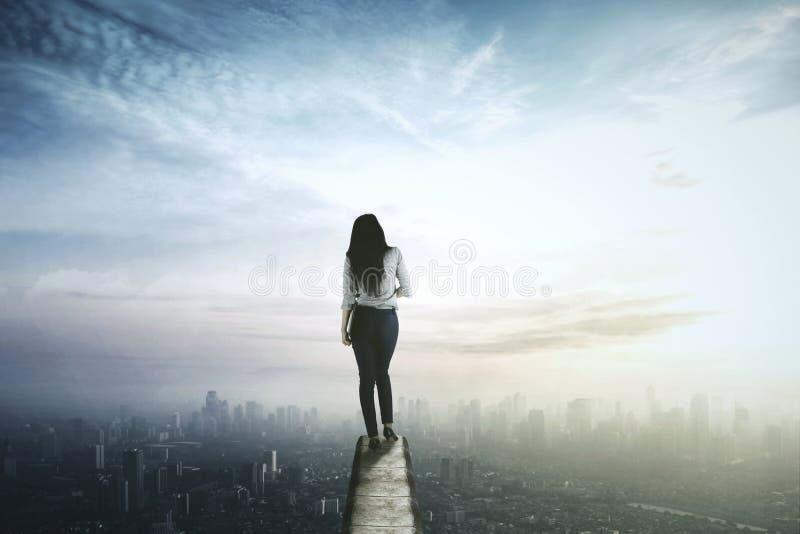 Onderneemster die de stad van dak bekijken stock afbeelding