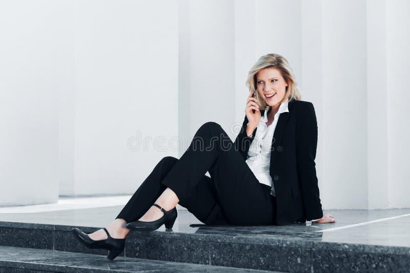 Onderneemster die de telefoon uitnodigt royalty-vrije stock afbeeldingen