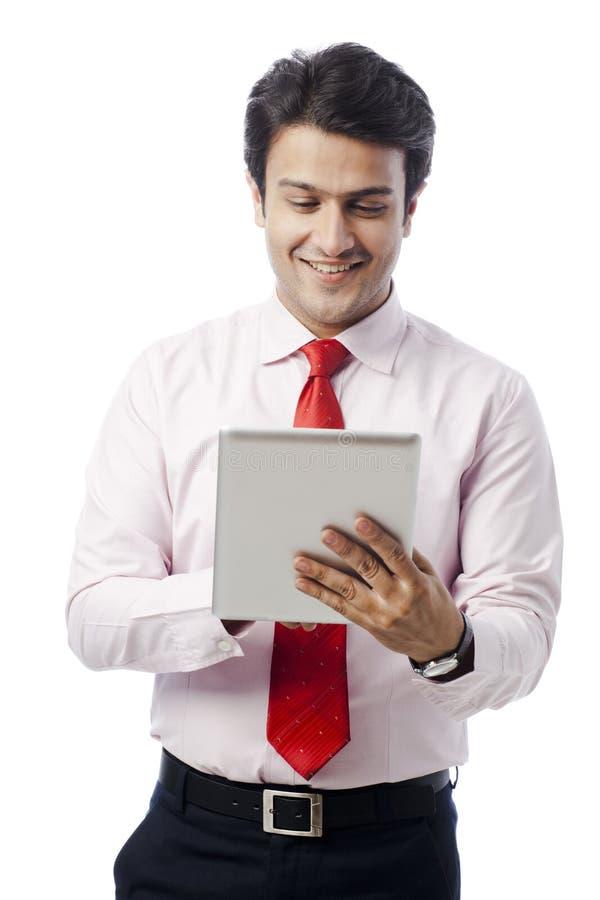 Onderneemster die digitale tablet gebruiken stock fotografie