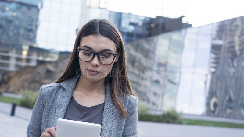 Onderneemster die digitale tablet in openlucht gebruiken in stock fotografie