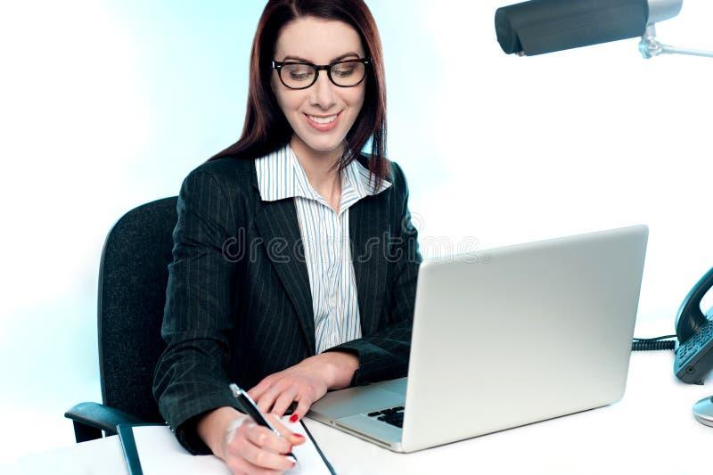 Onderneemster die een belangrijk document schrijft royalty-vrije stock afbeelding