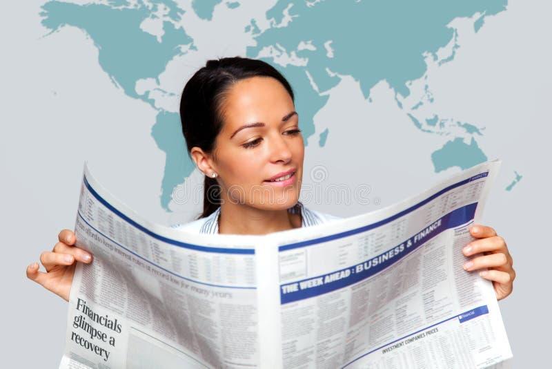 Onderneemster die een financiële krant leest stock foto's