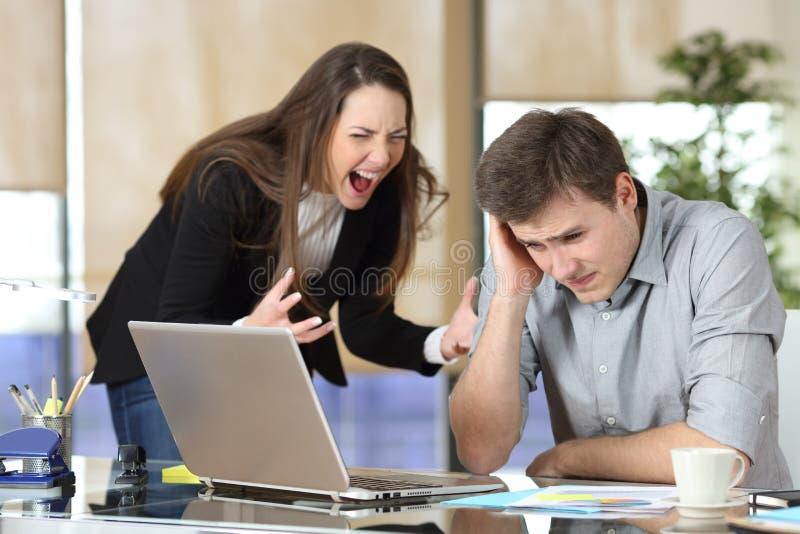 Onderneemster die een intern kwellen op kantoor royalty-vrije stock afbeelding