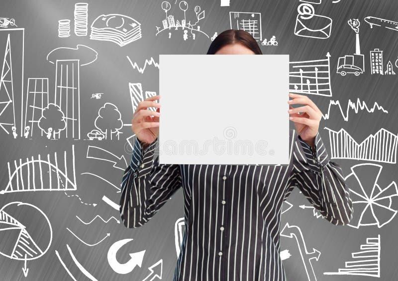 Onderneemster die een leeg aanplakbiljet voor haar gezicht houden tegen diverse grafische pictogrammen stock foto's