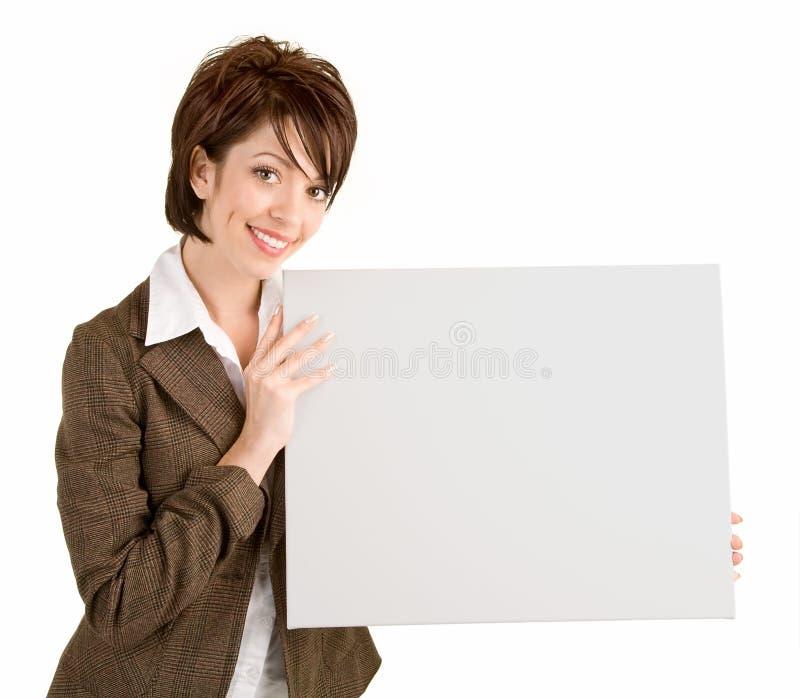 Onderneemster die een Leeg Wit Teken houdt stock foto