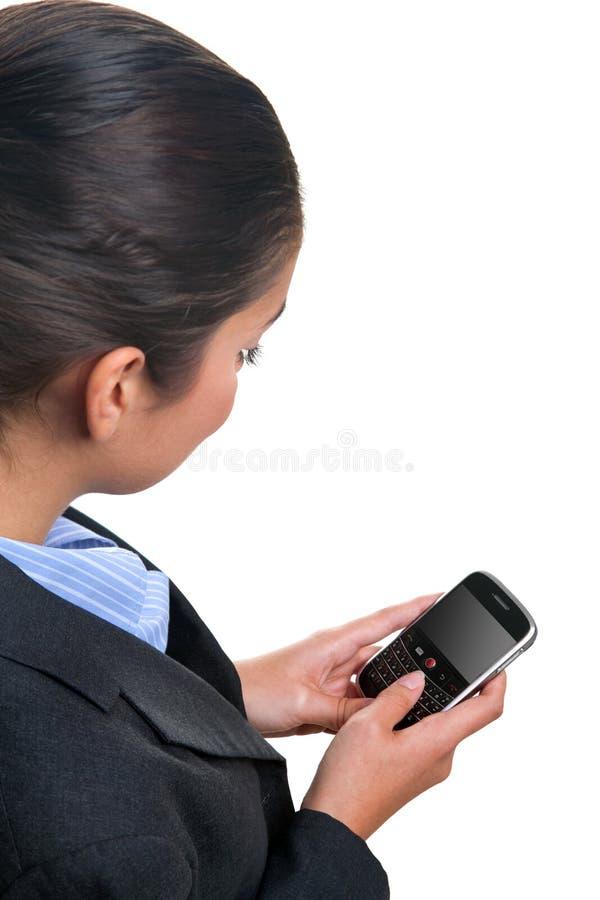 Onderneemster die een mobiel apparaat met behulp van royalty-vrije stock afbeelding
