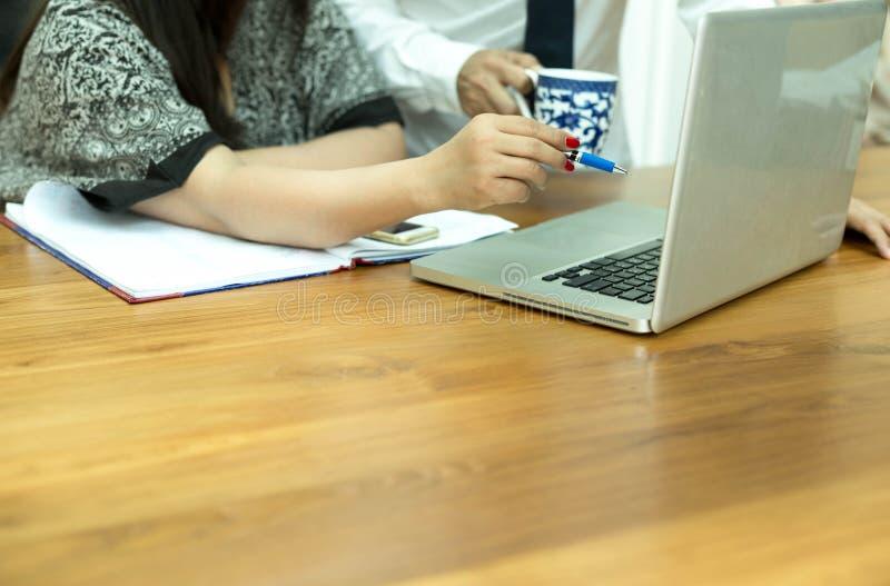 Onderneemster die een pen houden richtend op het scherm van het computernotitieboekje royalty-vrije stock foto's